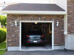 Quiero Un Garaje Muy Pequeno Con Un Coche Uno Garage Doors Garage Door Adjustment Sliding Garage Doors