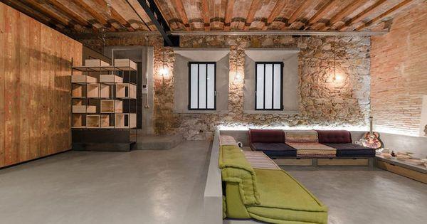 wohnzimer im loft stil mit betonboden und klinkerwänden, Wohnideen design