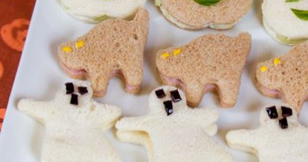 Cute Halloween Sandwiches to make lunch more fun-- I'd still have to