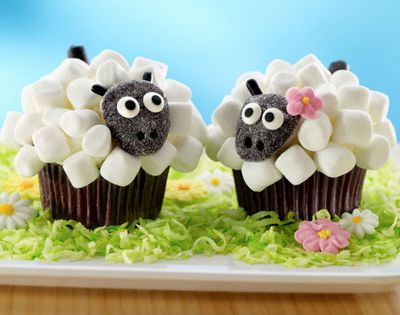 This lovely sheep couple. | Community Post: 30 Animal Cupcakes Too Cute