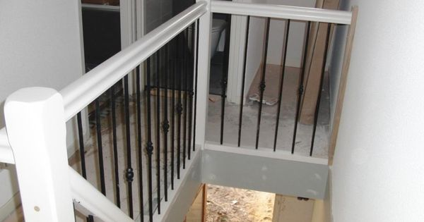 Hekwerk langs trap en overloop hout met smeedijzer for Spiltrap hout