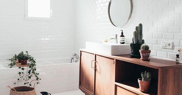 Original un buffet en bois dans la salle de bains home for Buffet de salle de bain