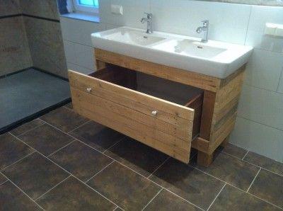 Meuble et miroir pour la salle de bain fait avec des ...