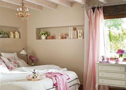 Habitacion en beige con practicos estantes en la pared - Dormitorio beige ...