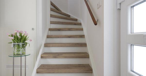 Upstairs traprenovatie mooie ruime trap komt goed tot zijn for Stootborden trap maken