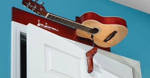 ドアの上にギターが 思い切った発想のドアベル The Guitar