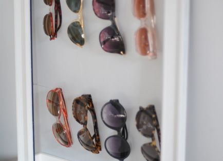 Use a glassless frame + wire to display sunglasses / 12 Life