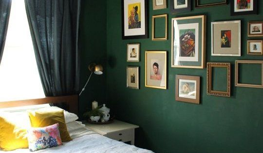 love the dark green walls to ceiling for the home pinterest mein haus schlafzimmer und gr n. Black Bedroom Furniture Sets. Home Design Ideas