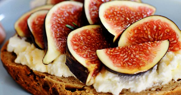 Sandwich with ricotta cheese, honey, rosemary and figs