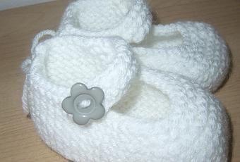 Taufschuhe des chaussons de bébé ballerine dans la couleur blanc