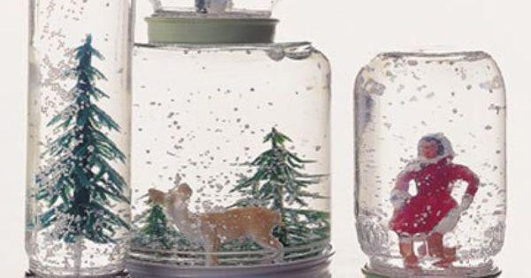 """Bocal """"boule à neige"""" Un bocal, des figurines en plastiques (rayon jouet),"""