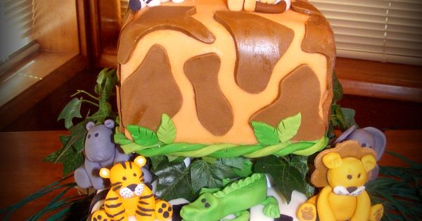 jungle cake with fondont animals