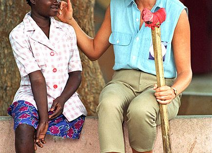 Luanda, AngolaOn a Red Cross mission, Diana chats with Sandra Tigica, who