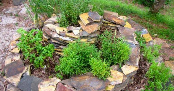 am nagement jardin cr ez votre spirale d 39 herbes aromatiques amenagement jardin herbes. Black Bedroom Furniture Sets. Home Design Ideas