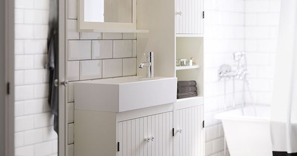 salle de bain blanche avec l ment lavabo troit armoire. Black Bedroom Furniture Sets. Home Design Ideas