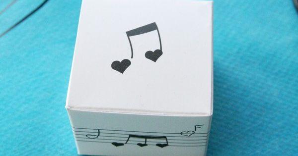 Cette petite bo te en carton est d cor e d 39 une port e et de notes de musique en forme de c urs - Temps de portee d une chienne ...