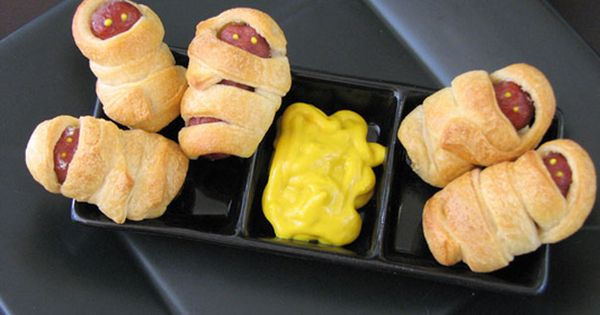 excelent idea! Mummy sausages wrapped in crescent dough - halloween party food