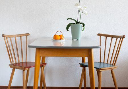der k chentisch mit kleiner schublade stammt aus den 50er. Black Bedroom Furniture Sets. Home Design Ideas