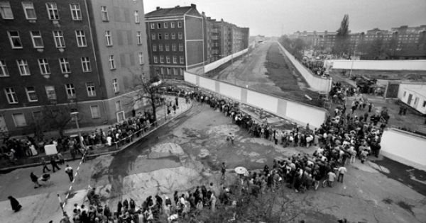 The Wall Goes Through The City In May 1952 The Open Border Zonengrenze Between East And West Germany Was Closed By Th Berliner Mauer Bilder Berlin Hauptstadt
