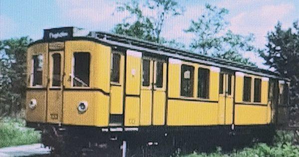 Ein Ausgemusterter B1grossprofil U Bahnwagen War Auf Dem Gelande Der Buga 1985 Heute Britzer Garten Als Infopunkt Bis 1998 Aufgestellt Aufsteller Bahn Garten