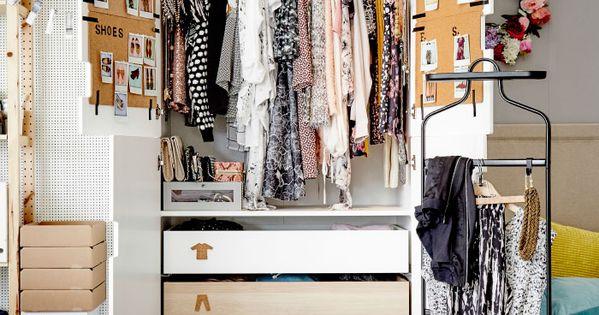 armoire avec portes ouvertes remplie de v tements d 39 accessoires et de chaussures la chambre. Black Bedroom Furniture Sets. Home Design Ideas