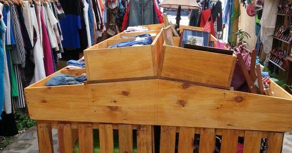 Gondola hecha de tarimas o pallets para exhibir ropa - Ropa vintage sevilla ...
