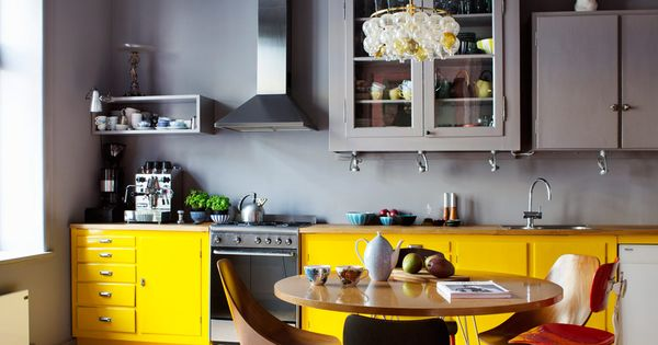 une cuisine au look tonnant gris placards et cuisine jaune. Black Bedroom Furniture Sets. Home Design Ideas