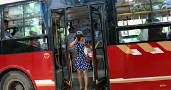 Maanshan China  City pictures : Maanshan, China. Women Got Her Neck Trapped in the closing Bus Doors ...