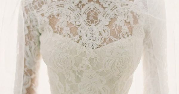 love this lace wedding gown!