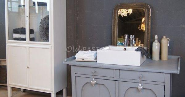 Brocante badkamer met mooie oude brocante onderkast als wasmeubel en stoere ijzeren - Badkamer retro chic ...