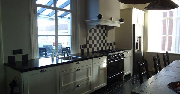 Landelijke keuken met mooie komgreep achterwand van zwart witte tegeltjes gemakkelijk - Heel mooi ingerichte keuken ...