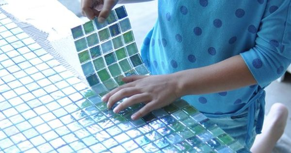 Home DIY - DIY Tile Table - Plywood base and glass mosaic tiles - Great idea!