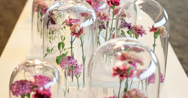 Glass domes flowers centrepieces dis so mooi en