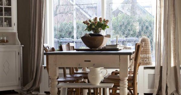 Gezellige woonkamer met mooie tafel. Gezellige woonkamer met mooie ...