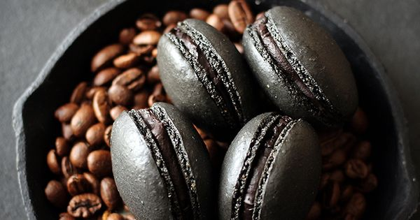 Black coffee macarons. English instructions are lower down on the page.