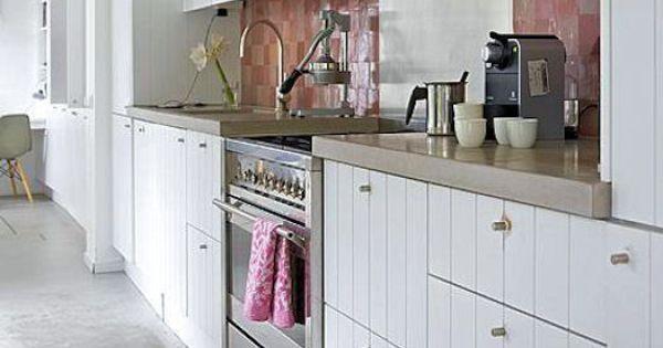 Wit met een tikje roze landelijke keuken met een vleugje kleur home and decorations - Roze keuken fuchsia ...
