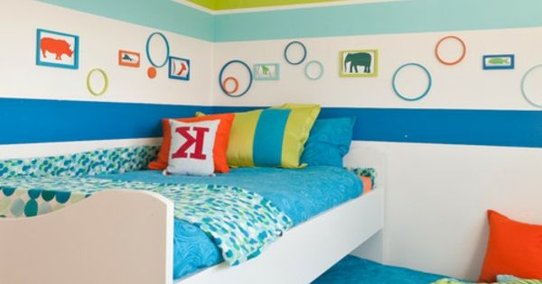 wandbemalung kinderzimmer hell blau grn und wei bunte dekokissen kinderzimmer streichen lustige farben fr eine freundliche atmosphre pinterest - Wandbemalung Kinderzimmer
