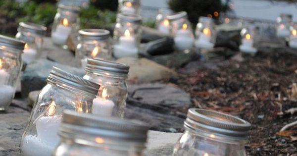d co de jardin pour no l des photophores en bocaux en verre illuminent l 39 all e de jardin. Black Bedroom Furniture Sets. Home Design Ideas