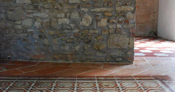Tappeto in cementine antiche marmorizzate su pavimento in cotto ...