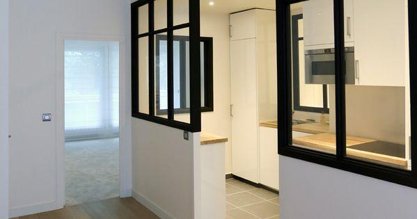 cette cuisine blanche laqu e est ouverte sur le salon la lumi re inonde la pi ce gr ce une. Black Bedroom Furniture Sets. Home Design Ideas