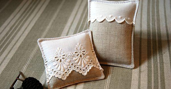 deux sachets de lavande bio en lin et broderie anglaise pour tiroir et cintre petits sachets. Black Bedroom Furniture Sets. Home Design Ideas