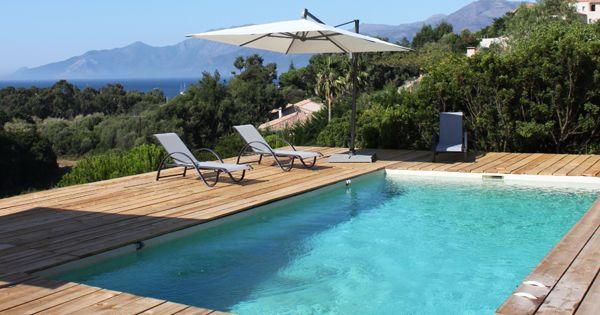Le soleil la verdure une terrasse en bois avec une vue for Specialiste piscine