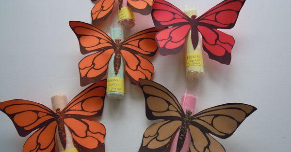 Vlinders gemaakt van een stoepkrijt en gekleurd papier for Gekleurd papier action