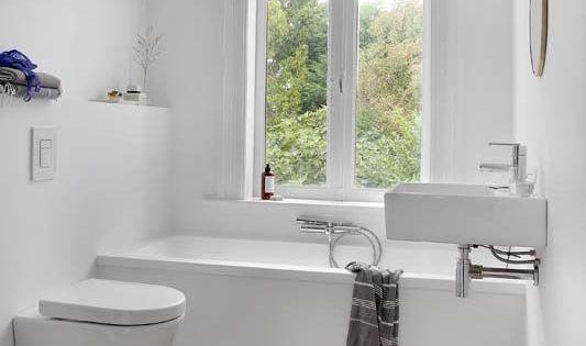 Veel mensen denken dat een kleine badkamer met bad geen optie is een bad is tenslotte vrij - Hoe amenager een kleine badkamer ...