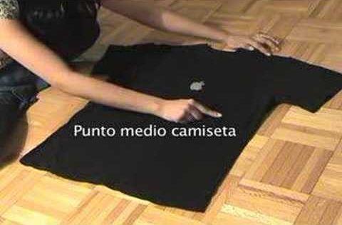 Ordenar la ropa la t cnica japonesa para doblar una - Truco para doblar camisetas ...