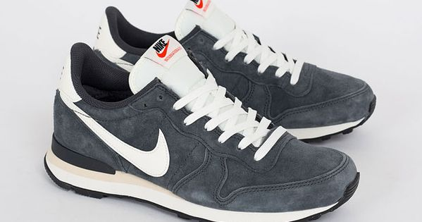 This Nike Internationalist keeps thing vintage with an anthracite suede upper and off white detailing.