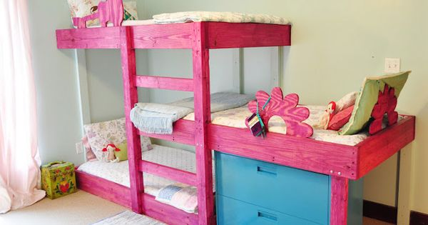 Triple bunks organized kids girls 39 room pinterest for Decoracion hogares infantiles