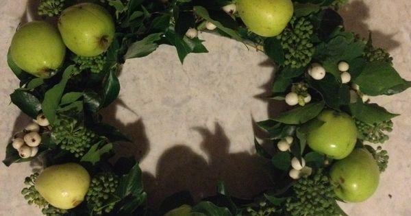 Efterårs dørkrans med æbler, snebær og efeu ...