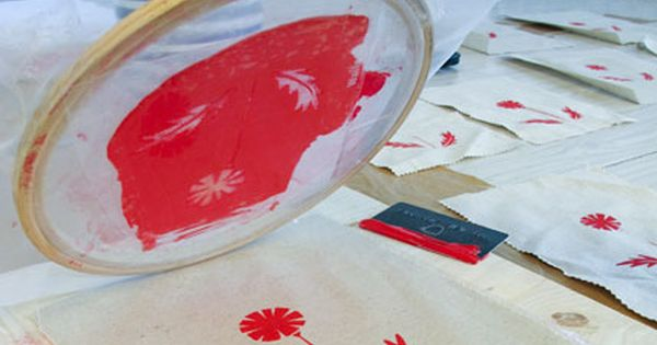 avie designs: EASY PEASY DIY SCREEN PRINTING. Embroidery hoop, silk, credit card,