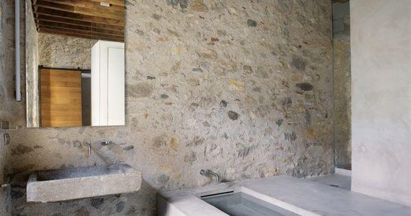 Reforma ba o r stico con pila de piedra como lavabo zona for Banos con pared de piedra